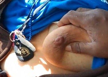 Vagabunda mexicana con las tetas gordas paje a un tío en el auto