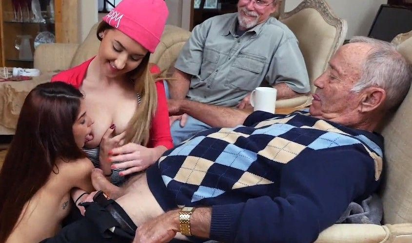 Viejo se folla a sus nietas en el sofá de su casa