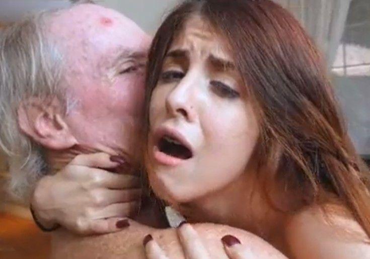 Viejo arrancando orgasmos a dos jovencitas con las que montó un trío
