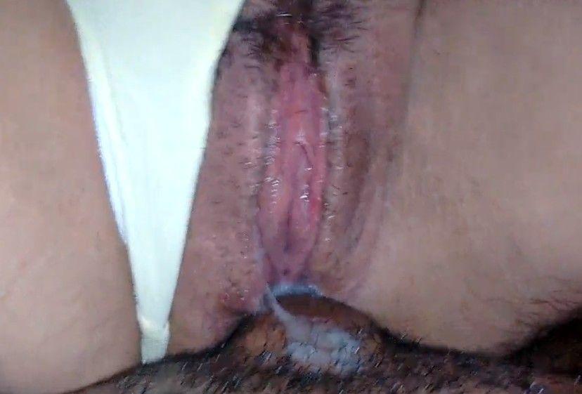 Aprovecha el flujo del coño para metérsela por el culo