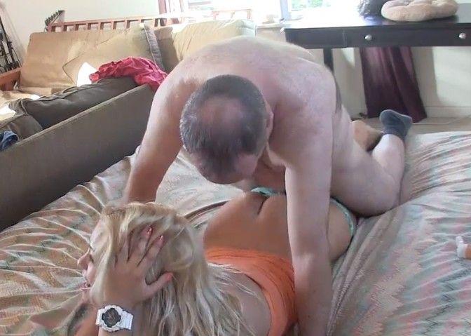 Acostumbrada a ser follada por su padre en la hora de la siesta